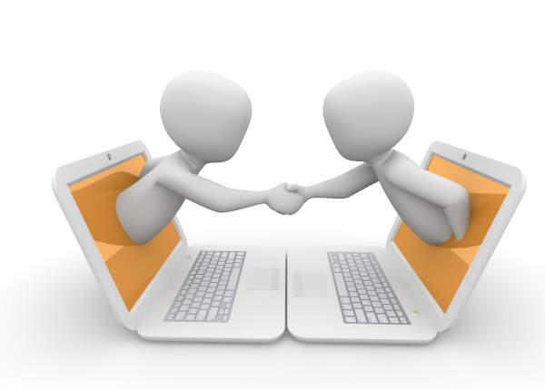 deux personnages stylisés sortants de deux écrans d'ordinateurs face à face et se serrant la main