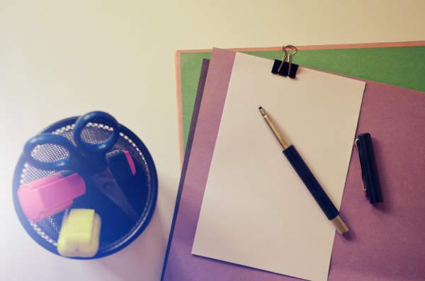 dossiers et pot à crayons posés sur une table