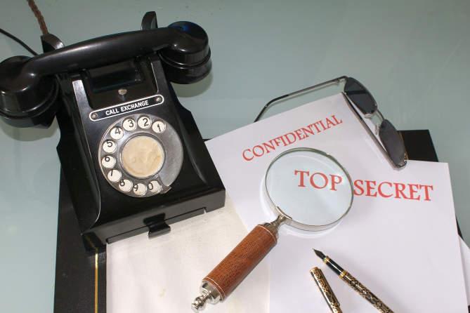 téléphone noir ancien et dossiers top secret