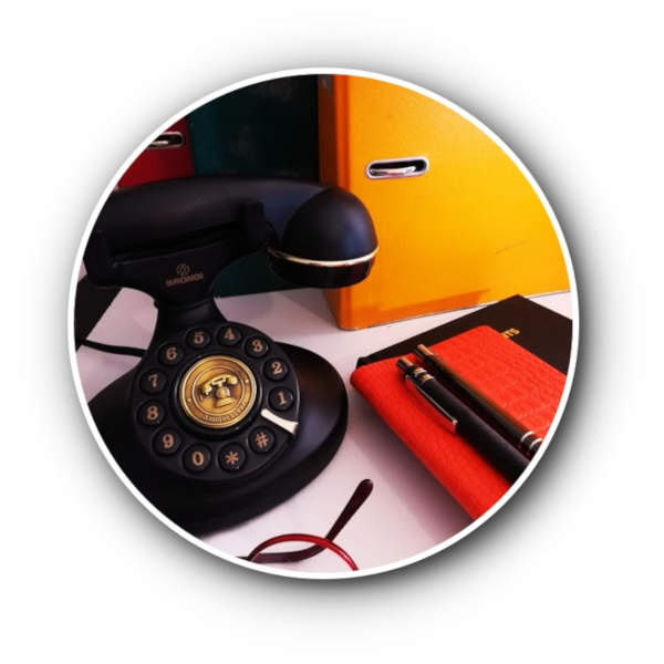 téléphone ancien et carnets devant classeur