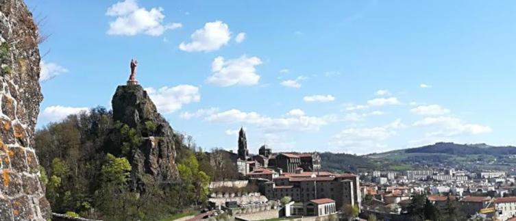 vue du puy en velay depuis le rocher saint michel d'aiguilhe