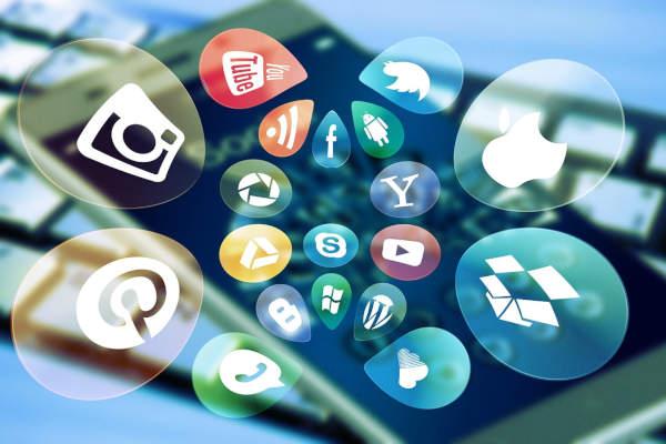 icones réseaux sociaux s'échappant d'un smartphone