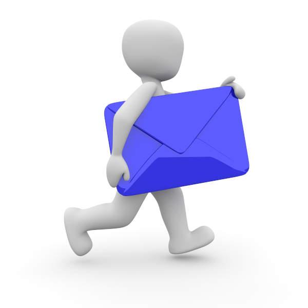 personnage blanc tenant une enveloppe bleue